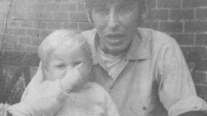 Bilden som lades upp på Facebook: David Dearlove med sin styvson i knät. Nu misstänks han för att ha mördat pojken.