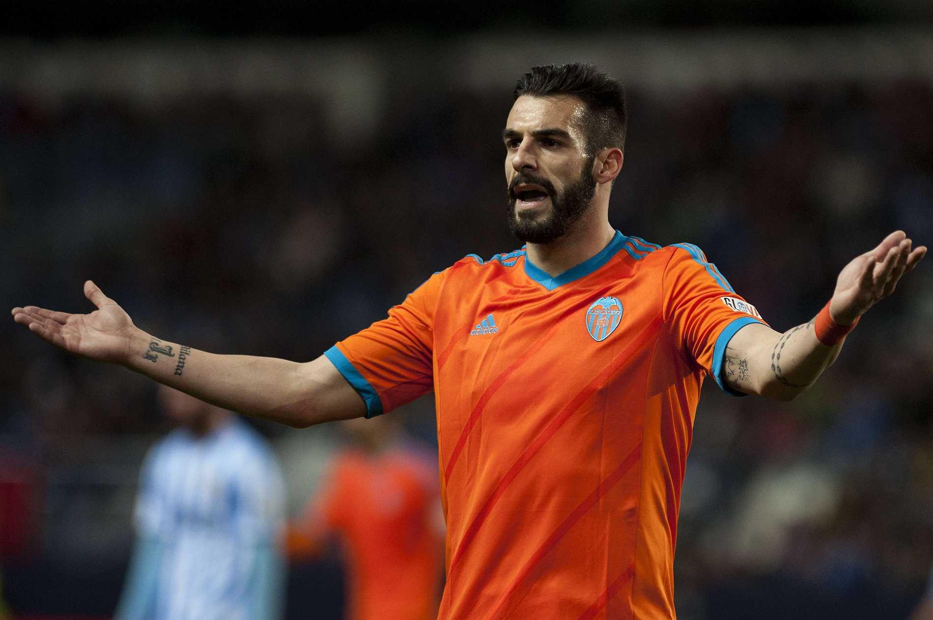 Valencias anfallare Alvaro Negredo gestikulerar.