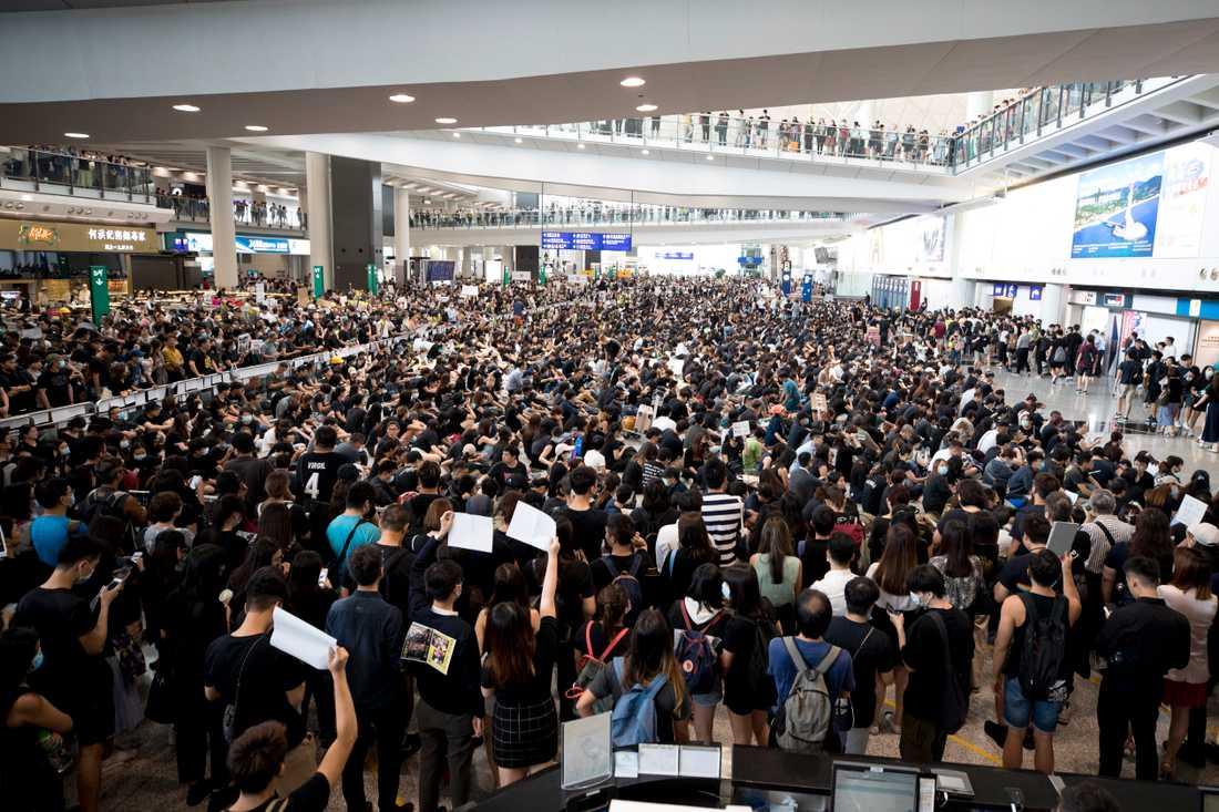 Tusentals personer demonstrerar på den internationella flygplatsen i Hongkong.