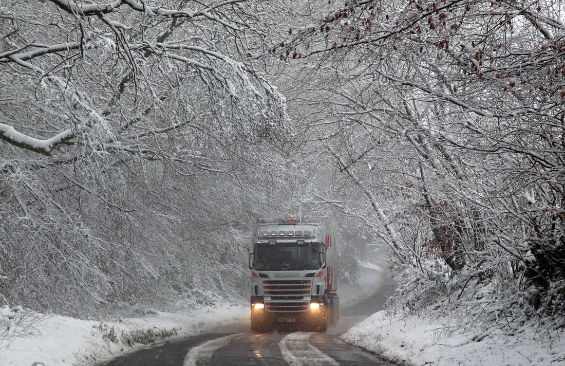 En lastbil kör i snöslasket i Dulverton, England.