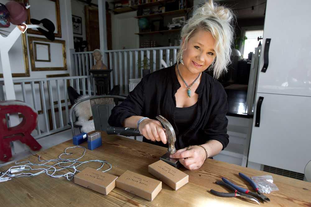 Elin Samskog tillverkar smycken som hon säljer. Pengarna går till att hjälpa flyktingar