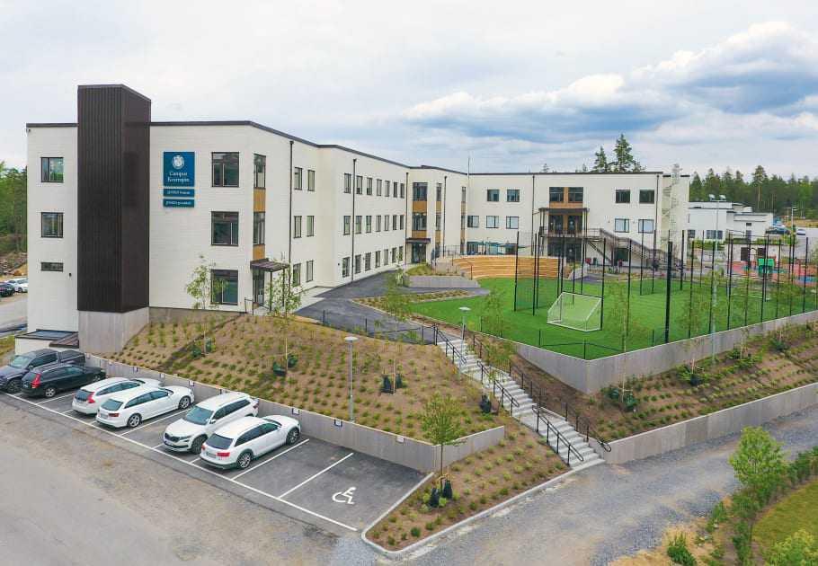 Skolan ligger i ett nybyggt område i Botkyrka, men enligt kritiker lockar man främst elever från välutbildade hem.