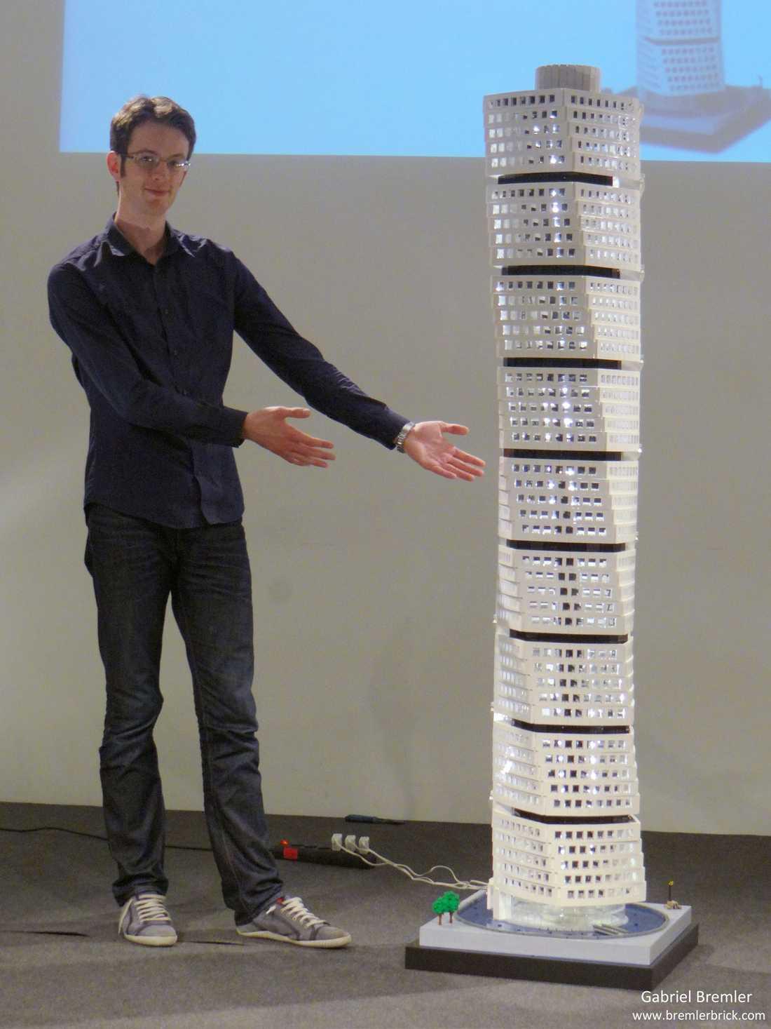 Turning Torso – den 190 centimeter höga modellen har Gabriel Bremler byggt på uppdrag av NCC, byggentreprenören som står bakom skyskrapan Turning Torso i Malmö. Modellen såldes på auktion för 60 000 kronor och pengarna gick till BRIS, Barnens rätt i samhället.