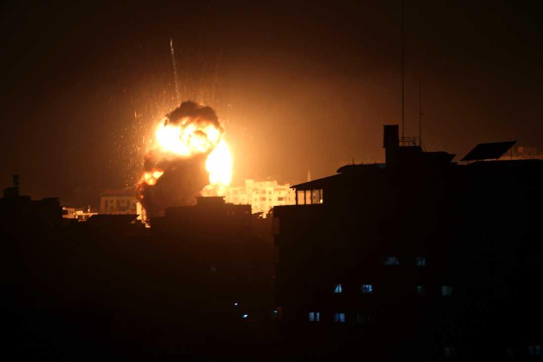 En explosion i Hamasledaren Ismail Haniyehs kontor i staden Gaza vid ett israeliskt flygangrepp.