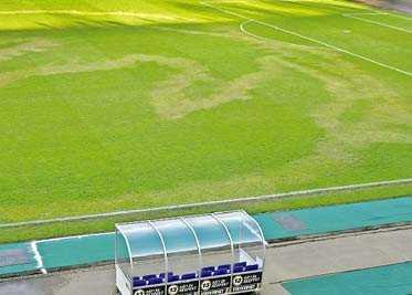 """RÖTTERNA DÖDA Stadions gräsmatta brukar vara en av landets bästa, men inte nu längre. Någon har hällt på bensin och tänt på. """"Det känns för jävligt. Så mycket tid som vi lagt på att få planen bra"""", säger Stadionchefen Jonny Costmar."""