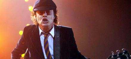 öronbedövande Angus Young och AC/DC röjer som vanligt på nya plattan. Inget oväntat händer – förrän på spår fyra.