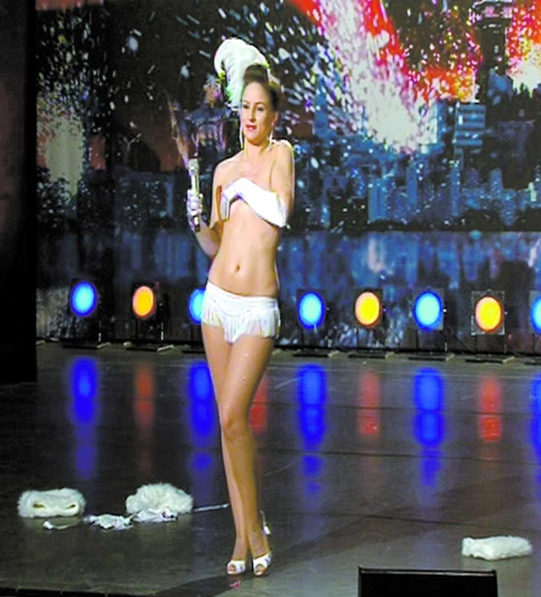 """""""Duchess Dubois"""" säger själv att hon gör en burlesk, klassisk striptease från 1940-talet."""