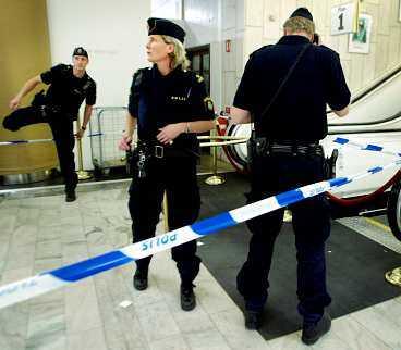 DEN 11 SEPTEMBER Mordet på Anna Lindh chockade en hel nation. Samma dag som hon attackerades på varuhuset NK sökte den nu misstänkte 24-åringen vård på psykakuten. Han fick ingen hjälp.
