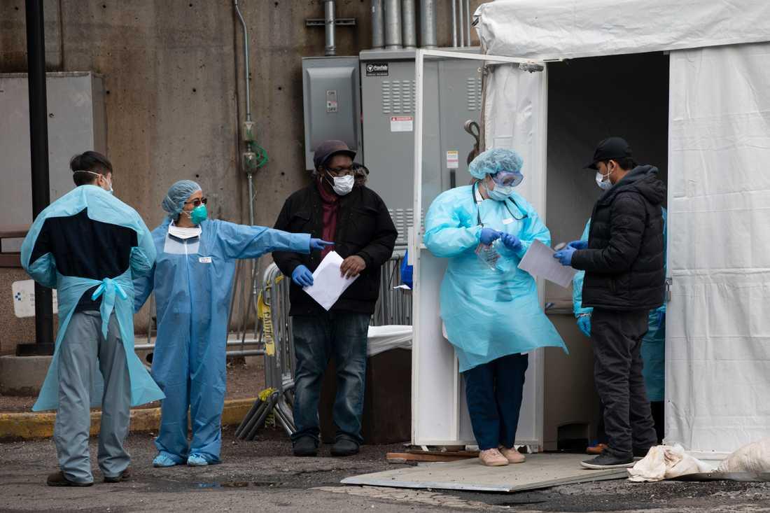 Sjukhuspersonal vid ett tält där misstänkta coronviruspatienter undersöks i Brooklyn i New York.