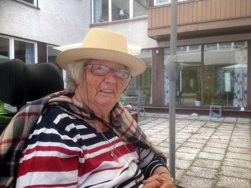Berit, 84, bor sedan flera år på ett demensboende och får alla sina mediciner via Apodos-tjänsten. Gårdagens besked innebär att hon och drygt 14000 andra äldre slipper betala för Apotekets räknemiss.