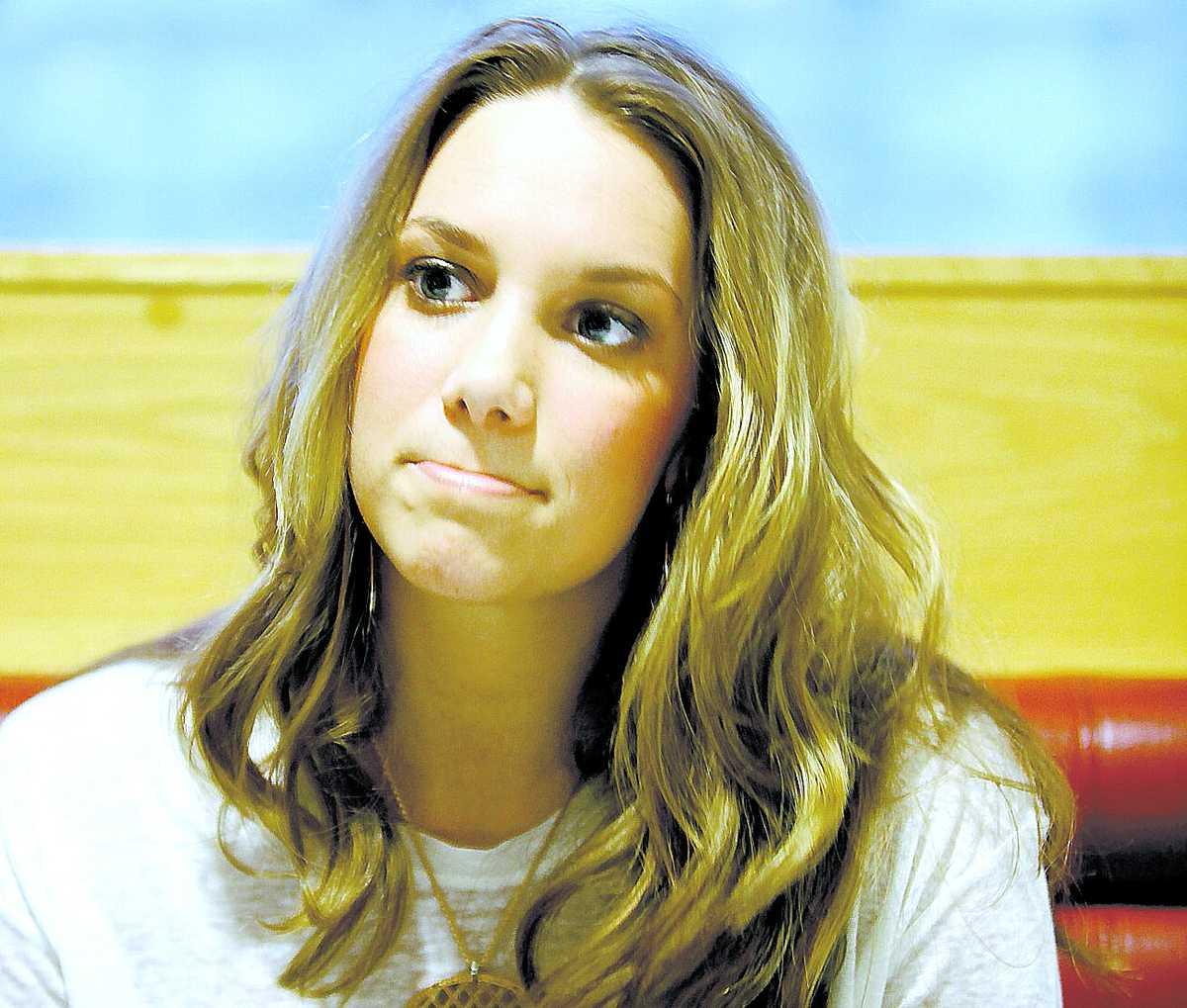 """På lördag står Agnes Carlsson på Melodifestivalens scen i Malmö. Men fram tills nu har hon helt ignorerat schlagern. """"Om jag skulle fokusera på allt som skrivs så skulle jag bli helt förvirrad"""", säger hon."""