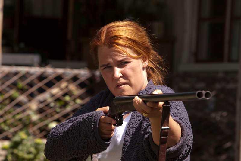 Mia Skäringer spelar Gunilla, bestämd kvinna med elefant.