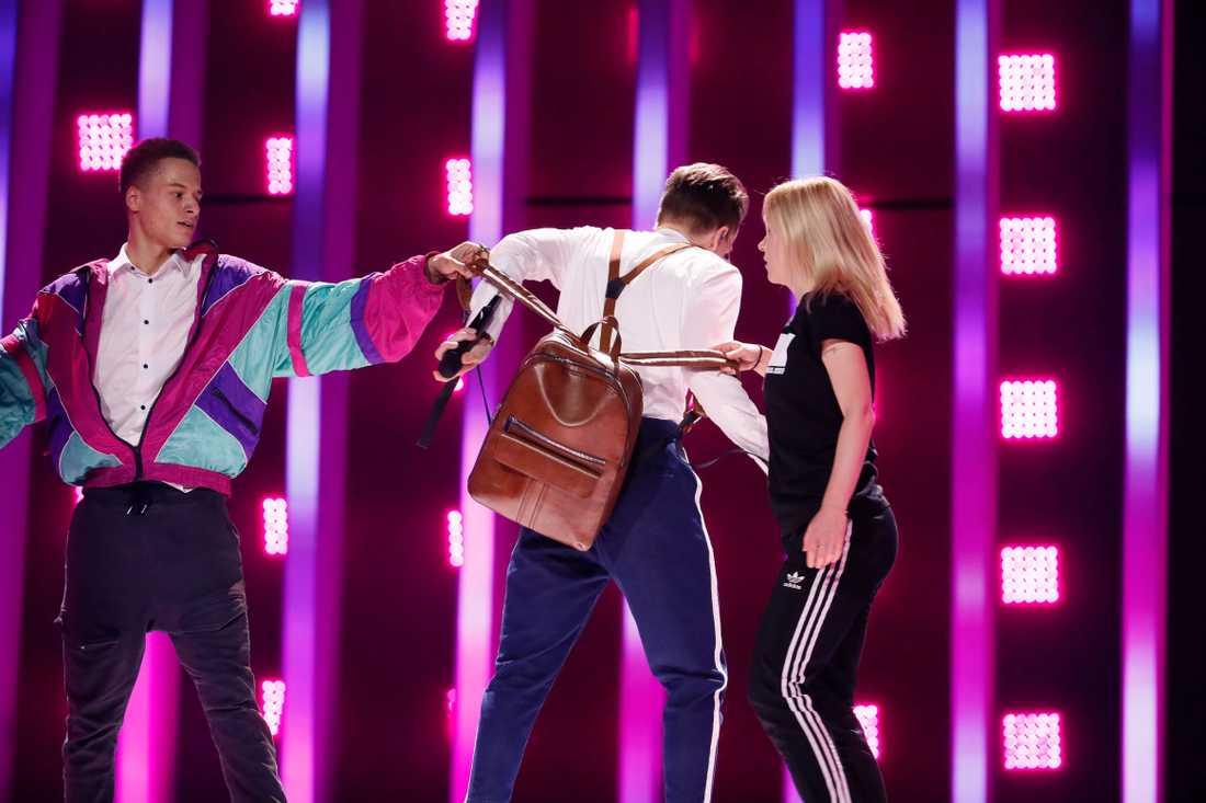 Tjeckiens Mikolas Josef gjorde illa ryggen allvarligt under tidiga rep. Nu är han tillbaka på Eurovision-scenen igen.