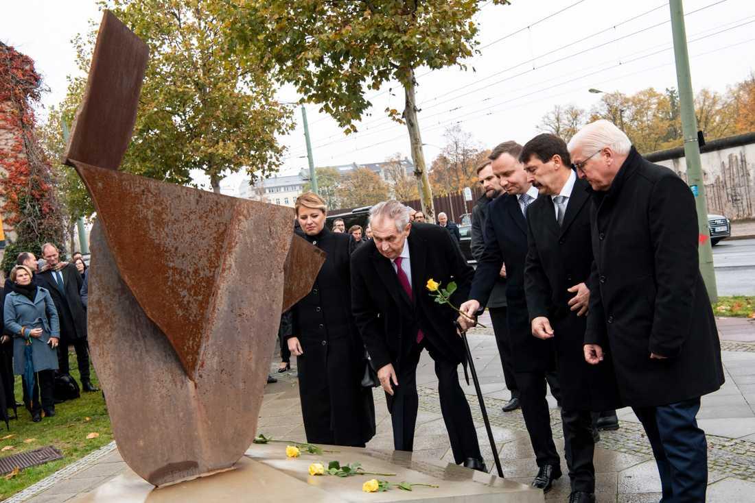 Tysklands president Frank-Walter Steinmeier, Polens president Andrzej Duda, Tjeckiens president Milos Zeman, Slovakiens president Zuzana Caputova och Ungerns Janos Ader lägger blommor vid minnesmonument Visegrád i Berlin.