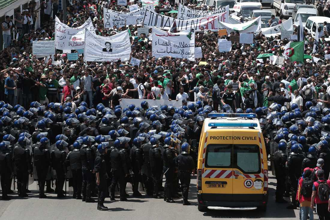 Studenter i protest i huvudstaden Alger stöter på patrull. Bilden är tagen den 28 maj.