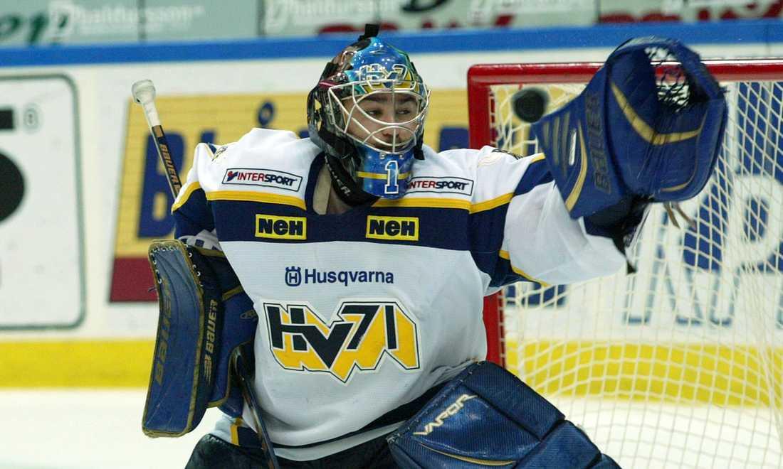 Stefan Liv räddar ett skott i en match mot Frölunda i november 2005.