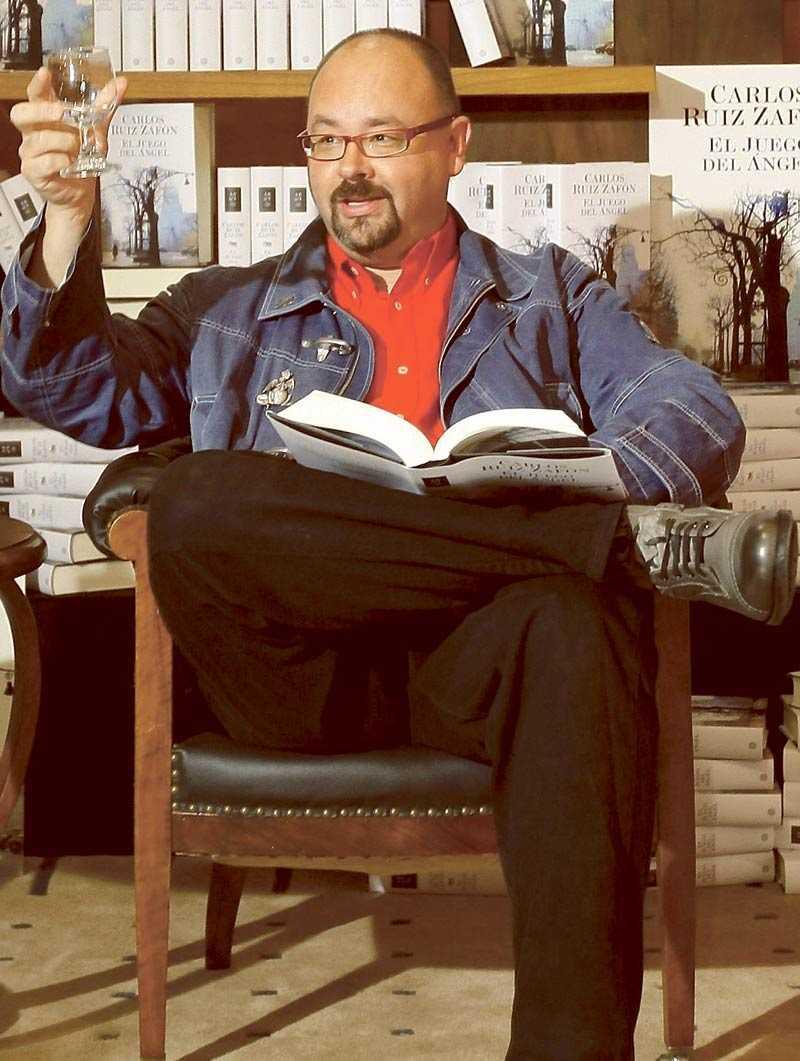 """PAKT MED DJÄVULEN I Carlos Ruiz Zafóns nya bok """"Ängelns lek"""" får huvudpersonen veta att han bara har ett år kvar att leva. """"Om jag vore i samma situation skulle jag göra precis som han Sluta en pakt med Djävulen för att leva längre"""", säger författaren själv."""