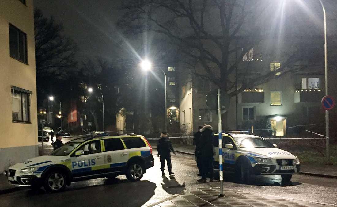 En person har hittats skadad efter den misstänkta skottlossningen.