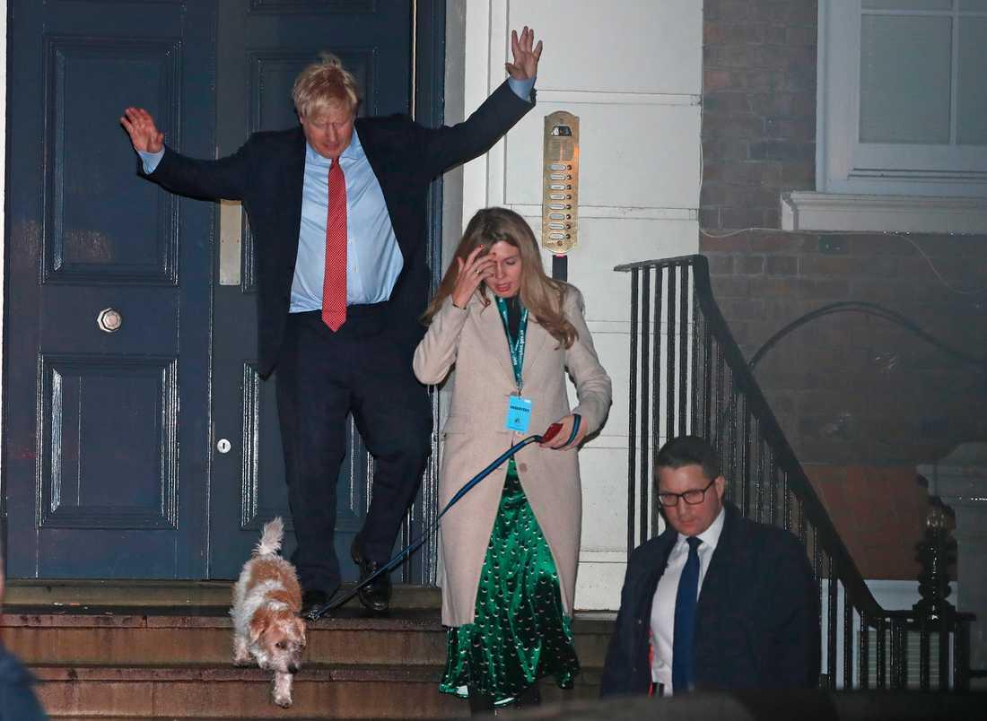Boris Johnson på väg ut ur Downing Street 10 precis innan det blev helt klart att Tories skulle få egen majoritet i parlamentet.
