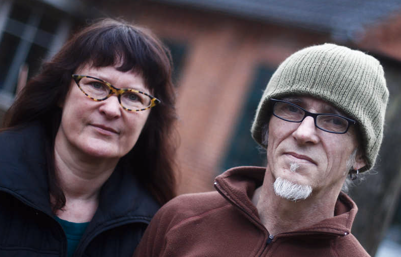 Äkta makarna Birgit och Horst Lohmeyer poserar utanför sin stuga i staden. Paret Lohmeyer säger att de är de enda i byn som är motståndare till NPD.