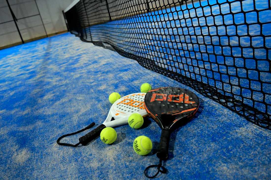 Hyr-racketarna torkas av med desinfektionsmedel mellan matcherna i landets padelhallar. Arkivbild.