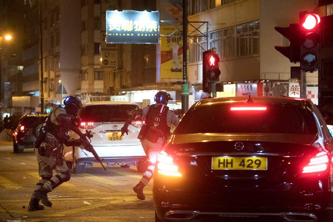 Demonstrationerna i Hongkong som pågått sedan i juni har nu urartat till fullskaliga strider mellan studenter och polis.
