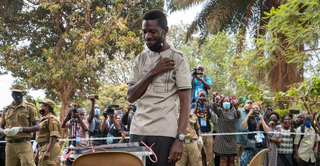 Ugandas främsta oppositionspolitiker Bobi Wine röstade under torsdagen i presidentvalet. Han har väckt hopp om förändring hos landets unga befolkning.