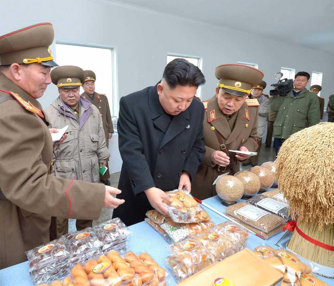 Kim Jong-Un tittar på kakor.