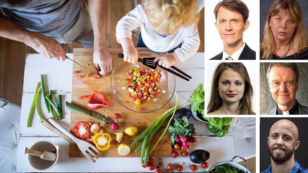 Trots växande acceptans och respekt för grönare ätande upplever många svårigheter av sociala skäl. Mat för oss samman. Att inte dela måltider med sin omgivning kan skapa en känsla av utanförskap, skriver debattörerna.
