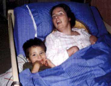 handikappad - av slarv Kerstin Parker tillsammans med sonen Dylan, som klarade sig helt oskadd genom den dramatiska förlossningen.