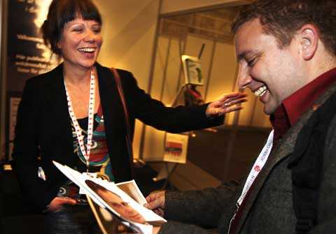"""""""Är det Östros?"""" säger Seko-ombudsmannen Jonas Forslind om Tomas Eneroth, till kompisen Cilla Dahl Anderssons förtjusning."""