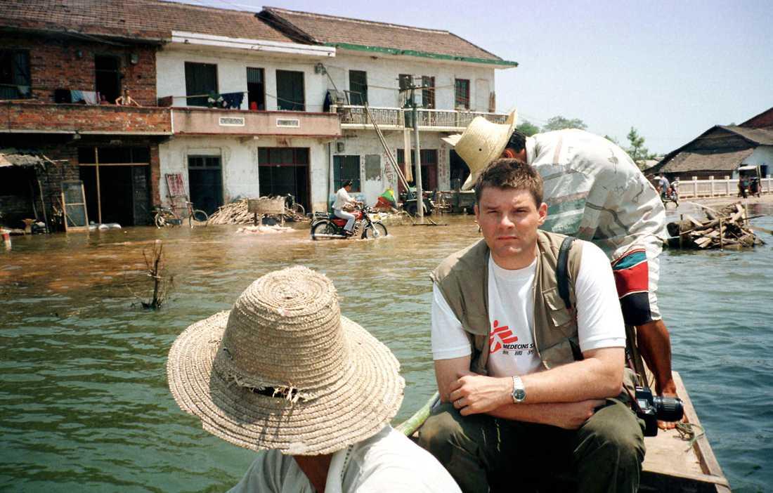 Aftonbladets Jan Helin var första västerländska journalisten som besökte katastrofområdena och den översvämmade staden Xin Qiang Yuan i Kina i augusti 1998.
