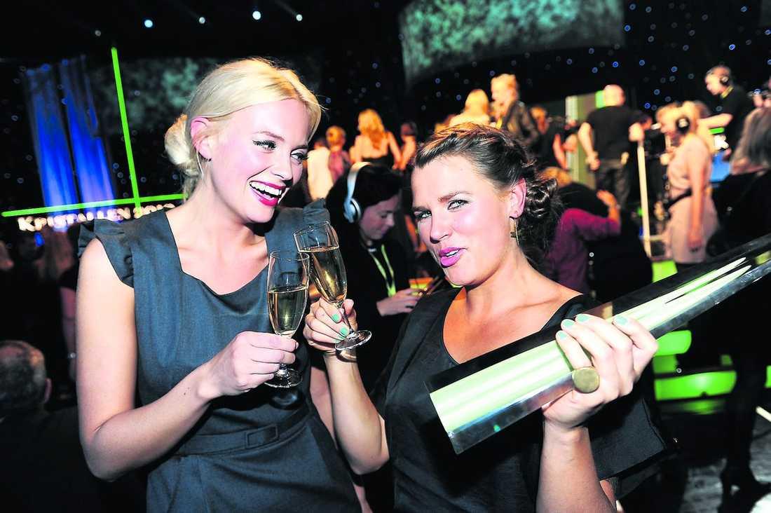 """strålande glada Josephine Bornebusch och Mia Skäringer fick ta emot priset för både """"Årets humorprogram"""" och """"Årets program"""". Men ingen lyckades övertala varken Felix Herngren eller Johan Rheborg att deltaga."""