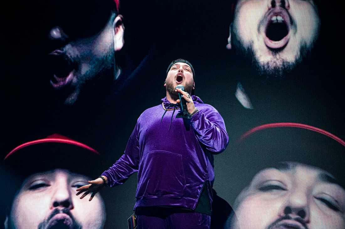Anis Don Demina ropar ut sin hyllning till Jan Malmsjö på Melodifestivalens scen.