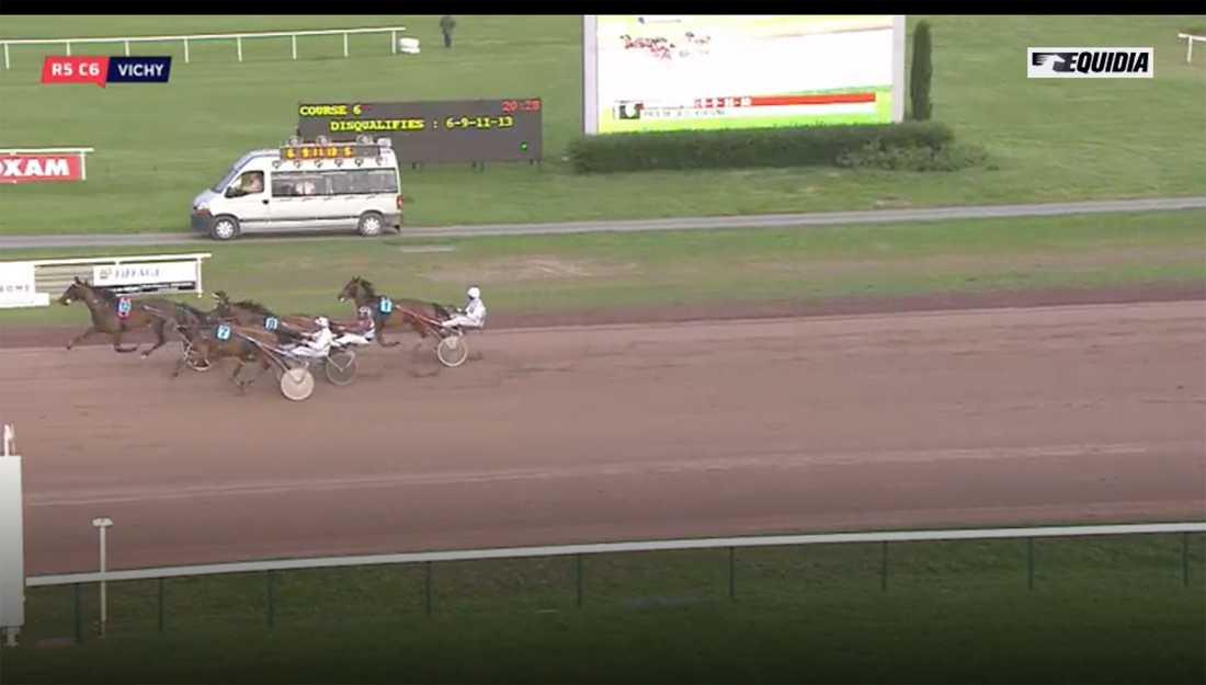 Här vinner fotbollsstjärnan Antoine Griezmanns häst Fripouille på franska bana Vichy. Det var hästens första start i livet och det blev även Griezmanns första seger som travhästägare.