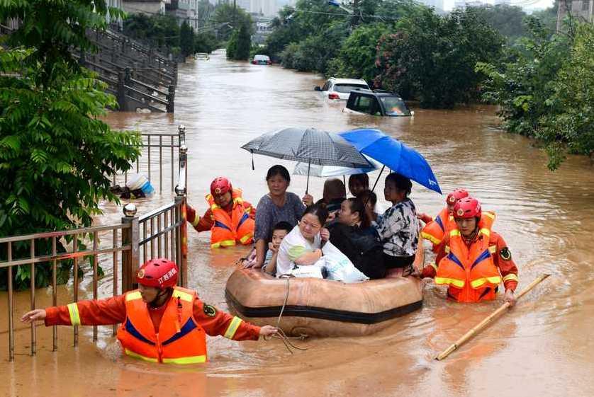 Invånare i Jiangxiprovinsen i centrala Kina räddas undan de svåra översvämningarna där.