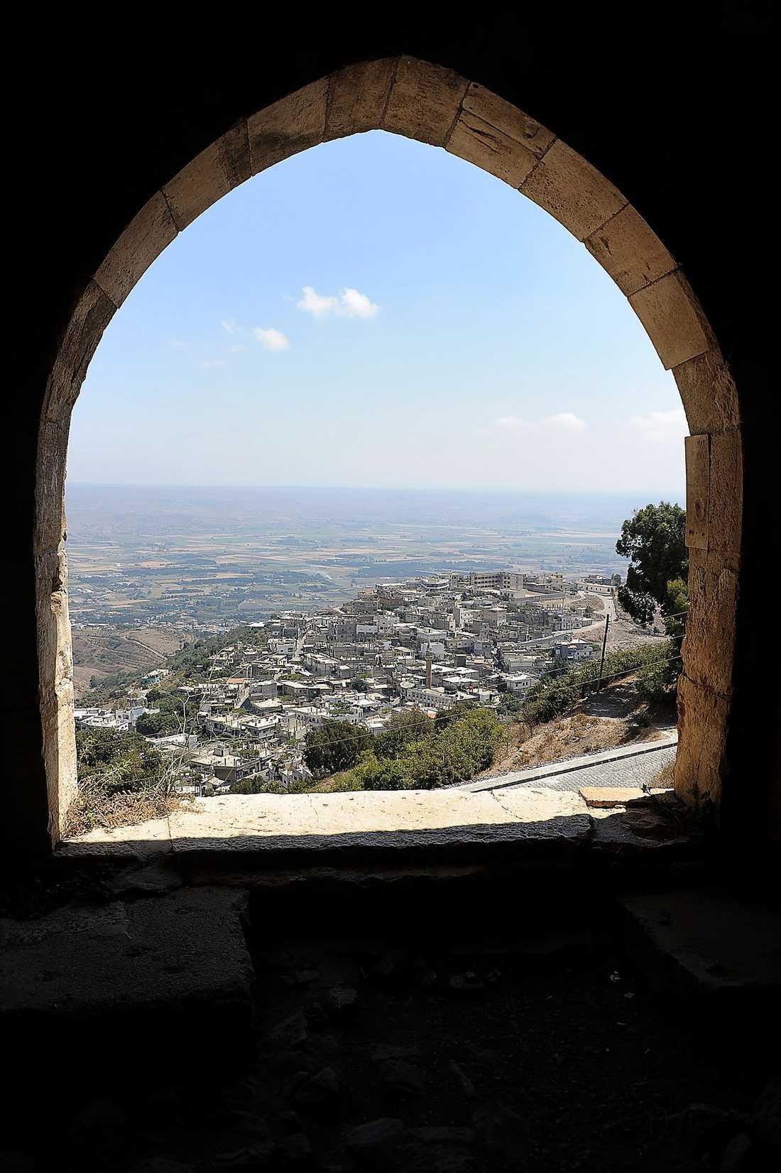 Aftonbladets team är i Syrien med falska papper. Till guiden säger de att den kända korsriddarborgen lockar. Egentligen är det staden i dalen som drar. Där människor varje kväll kämpar mot regimen – som slår tillbaka med dödsskjutningar.