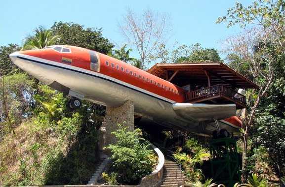 727 Fuselage Home, Manuel Antonio, Costa Rica Vad sägs om att bo i en gammal Boeing 727, 15 meter upp i luften? Packa väskan och åk till Costa Rica, där det tidigare kommersiella planet nu hyrs ut per natt eller månad. Två sovrum och en rymlig terrass med havsutsikt får du om du betalar... Kolla efter billiga flygbiljetter till Costa Rica här!