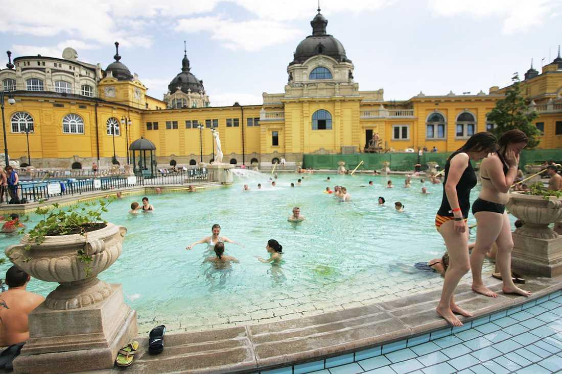 Badet Széchenyi i Budapest med sina stora utomhusbassänger är från 1912.