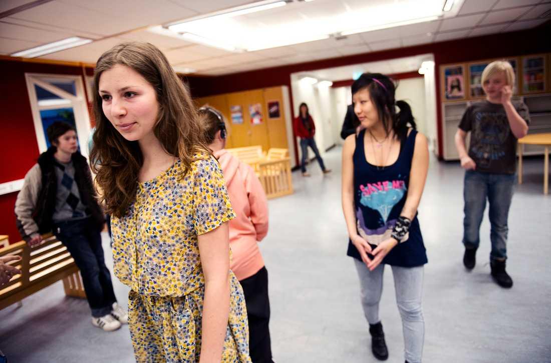 """Raphaelle Sisask, 15, är en av eleverna på Carlshöjdsskolan som får höga betyg. Favoritämnet är engelska. """"Här får man vara duktig"""", säger hon."""