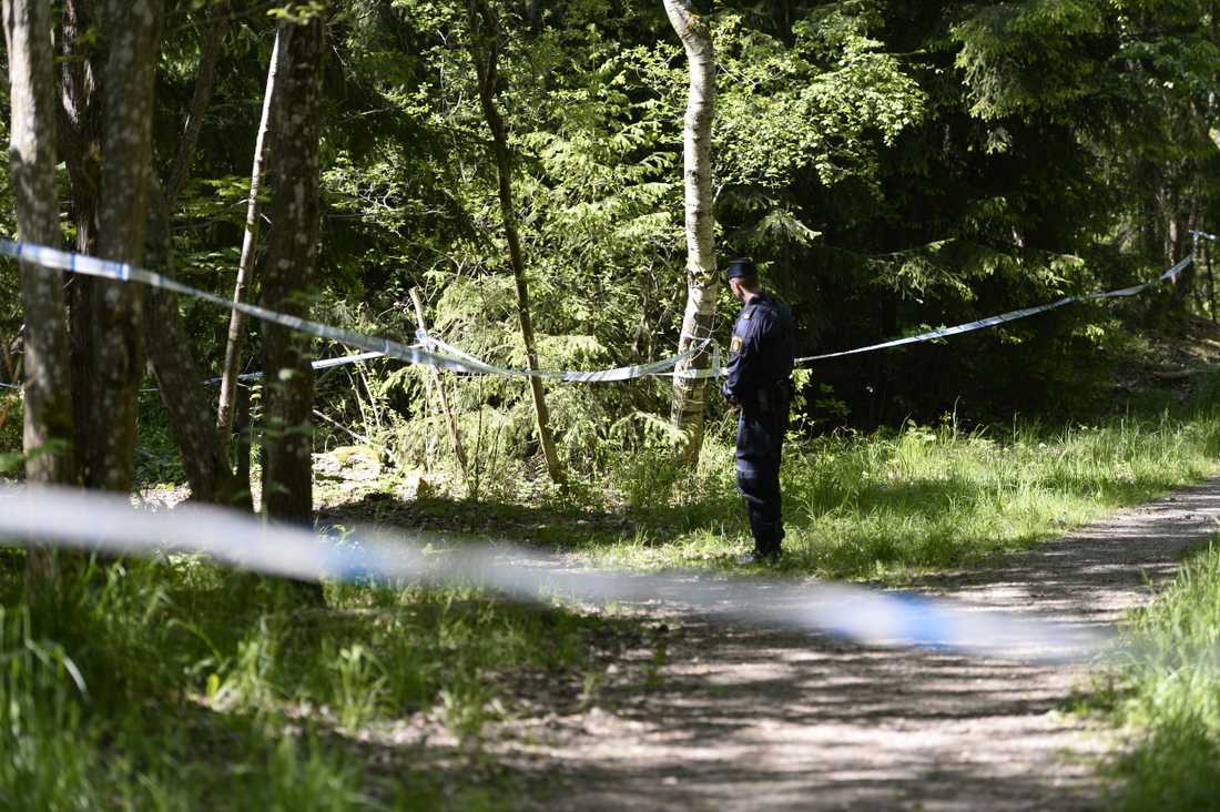 Polisavspärrningar i det skogsområde där kvinnan hittades nedgrävd i maj 2016. Arkivbild.