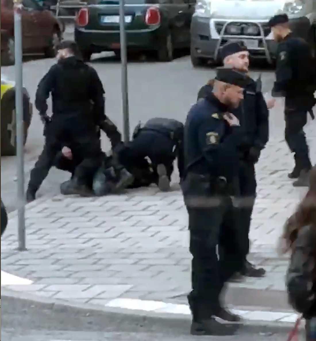 Här brottas skådespelaren Adam Pålsson ner av polis.