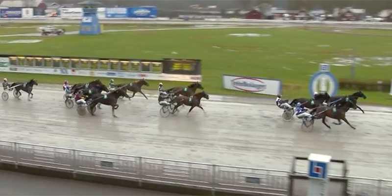 I en tät slutstrid så vann hästen Ajlajk på Örebrotravet. Det var kusken Jorma Kontios 11 000:e seger.