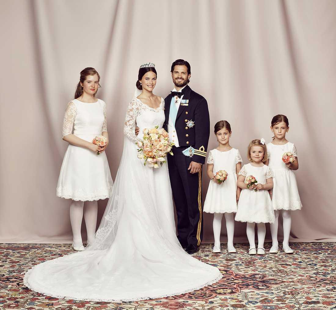 Prinsparet med med brudnäbbar: Tiara Larsson, prinsessan Sofia, prins Carl Philip, Anaïs Sommerlath, prinsessan Estelle och Chloé Sommerlath.