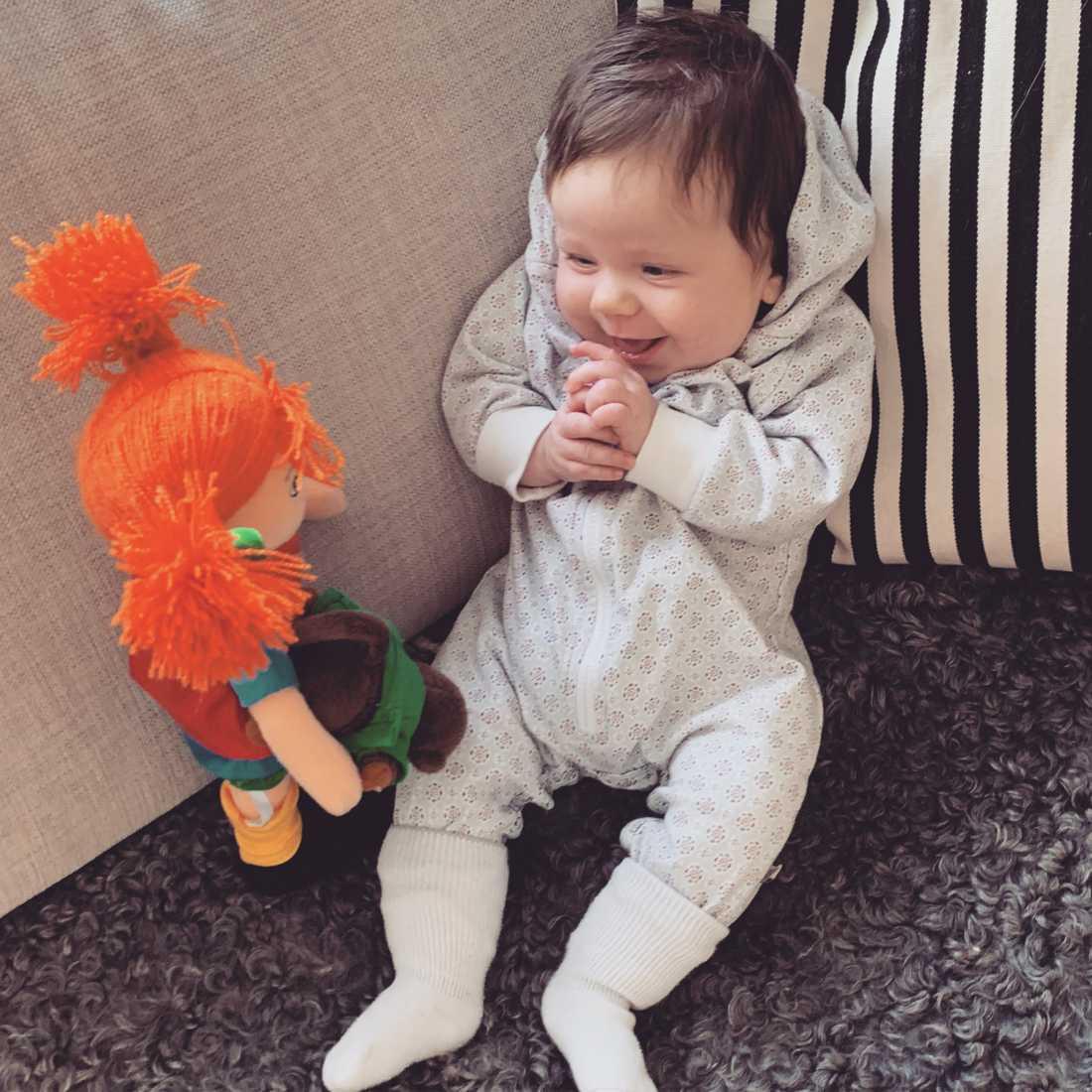 Elvira 11 månader med favoriten Pippi. Bild inskickad av mamman Beatrice Örtenblad från Kragsta utanför Norrtälje.