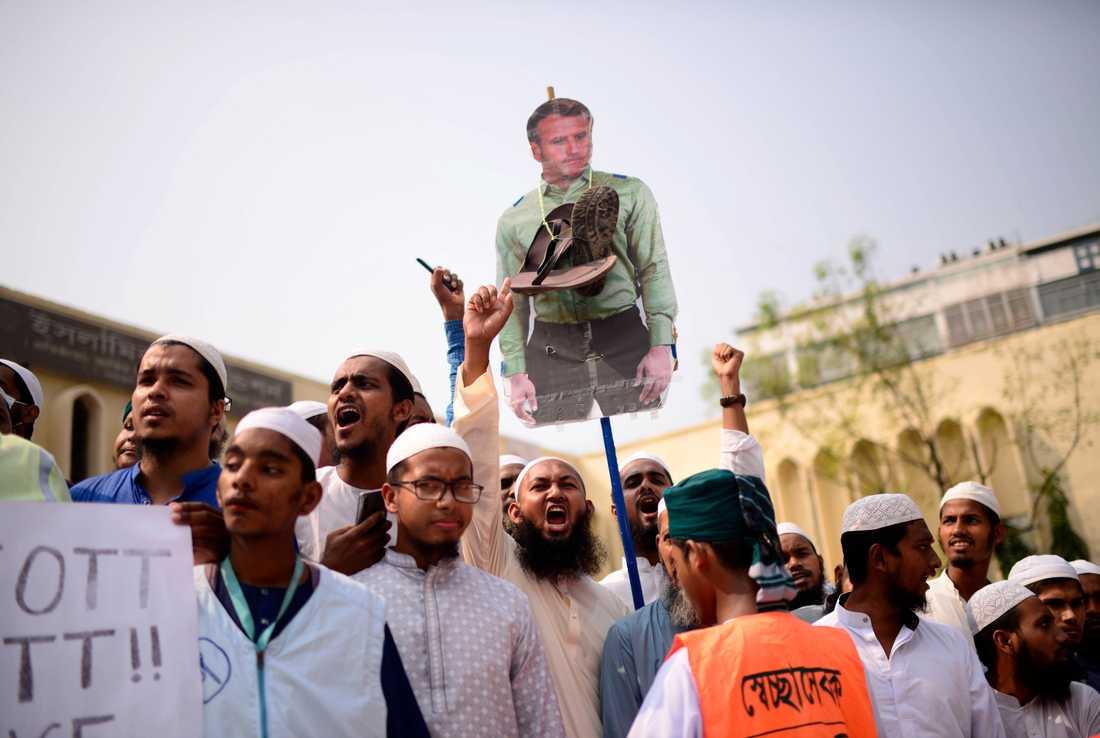 Dhakabor protesterar mot Frankrikes president Emmanuel Macron.