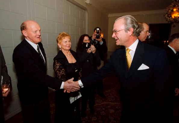 Assar Rönnlund med frun Toini hälsar på kungen i samband med en olympiabal på Grand Hotel.