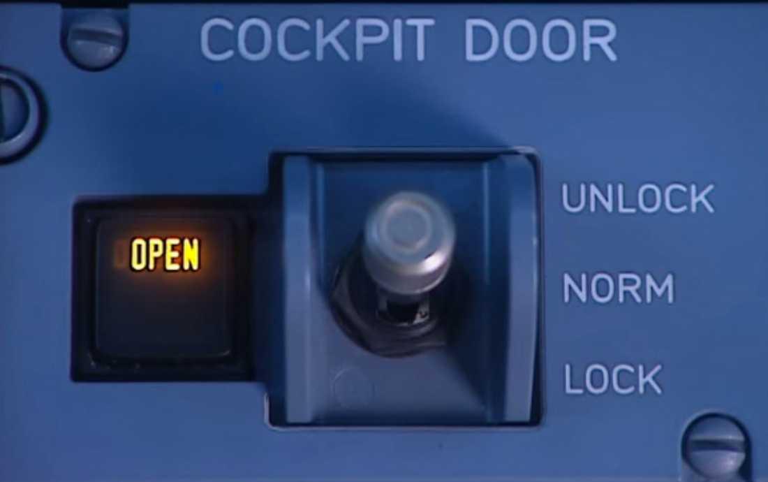 """– Om koden knappas in så tänds en lampa upp i cockpit och dörren öppnas inom 30 sekunder. Men om piloten i cockpit trycker på """"deny"""" så går det inte att göra någonting på tre minuter. Om man försöker igen efter tre minuter så kan man bara göra om samma sak igen, säger en erfaren pilot som Aftonbladet talat med."""