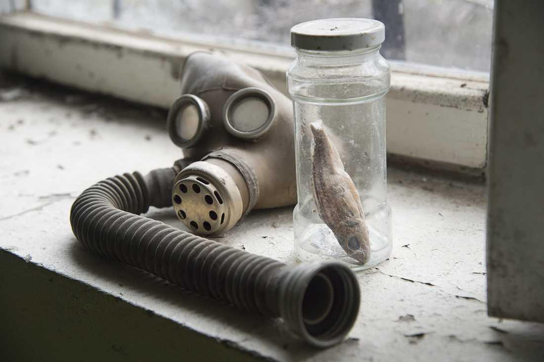 En gasmask, och en fisk i glasburk.