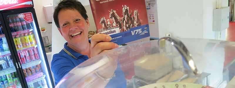 Här vann de stort på V75 i helgen Marie Jonsson på City Gross i Sundsvall gratulerar 14 kunder till 10,5 miljoner på V75.  Det var Susann Berglund i butiken som gjorde V75-systemet med hjälp av Harry Boy!